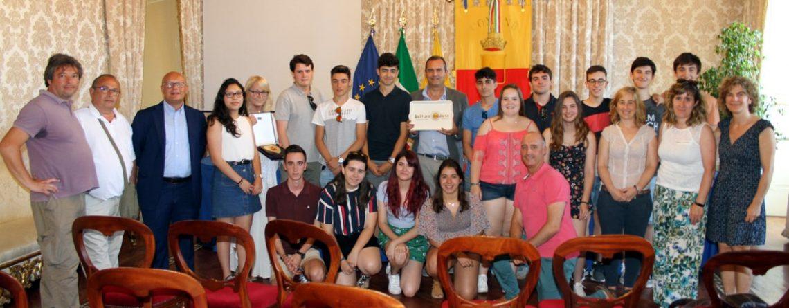 Luigi de Magistris, alcalde de Nápoles recibe a las personas premiadas y a las/os representantes del Gobierno Vasco