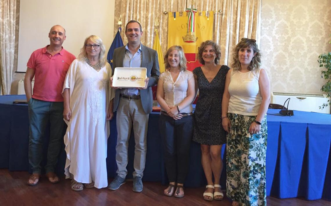Luigi de Magistris con las personas representantes de Kultura Ondarea Saria